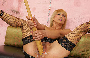 Kinky comme �a mama getting fisted away from a hot babe