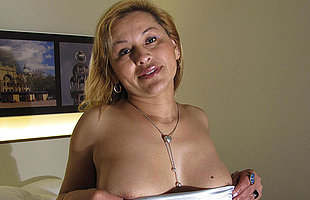 This horny mature slattern loves to get wet