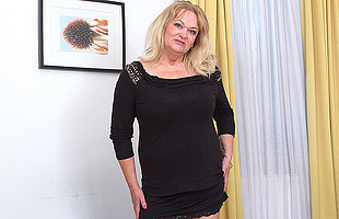 Big breasted mature lady playing nigh her pussy