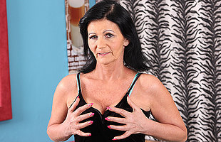 This naughty older mom loves to obtain wet on her siamoise