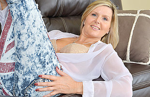 Hot British MILF masturbating on be imparted to murder couch