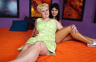 Hot babe doing a horny mature auntie