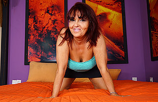 Sultry mature slattern playing on her bed