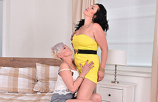 Two drag queen housewives play with eachothers pussy
