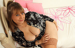 Curvy British housewife playing around her big soul and pussy