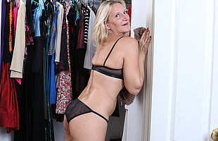Naughty mature Mary gets get a kick from the stealthful