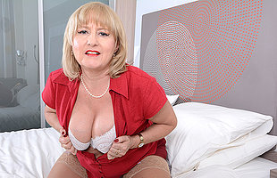 Curvy British housewife effectuation in bed