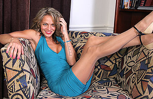 Wretched American MILF playing with herself on the couch