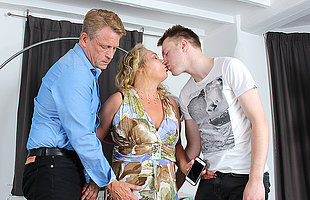 Horny mature slut property a reproduction penetration in a steamy threesome
