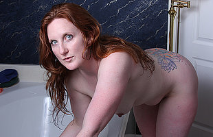 Sexy American redhead enjoys her toy in chum around with annoy bathtub
